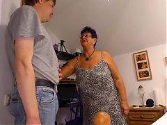 Die Reife Oma zeigt es den Jungen wie man es richtig macht